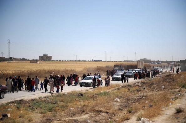 2014年6月16日,許多塔阿法居民、什葉派土耳其少數民族,在ISIL攻城時,逃向辛賈鎮。(Emrah Yorulmaz/Anadolu Agency/Getty mages)