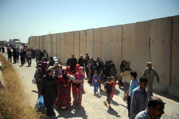 2014年6月16日,許多塔阿法的什葉派、土庫曼少數民族居民,在ISIL攻城時,逃向辛賈鎮。(Emrah Yorulmaz/Anadolu Agency/Getty mages)