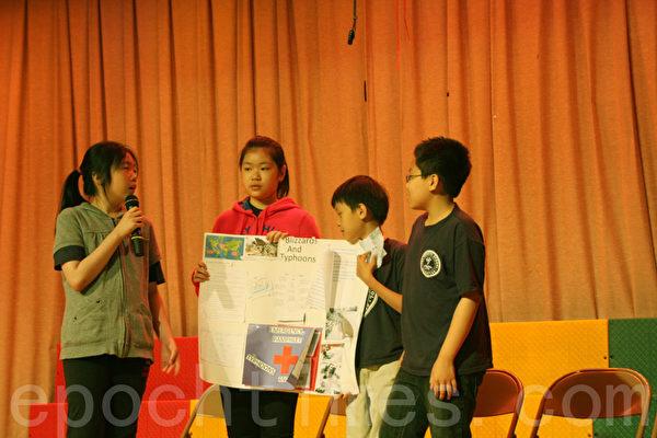 130公立学校的学生上台做演讲。(王依澜/大纪元)