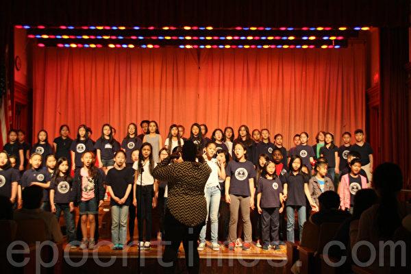 130公立学校的学生表演合唱。(王依澜/大纪元)