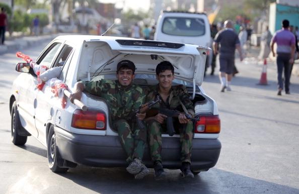 2014年6月15日,伊拉克安全部队载着愿意保卫巴格格,加入安全部队的青年志愿军。(AHMAD AL-RUBAYE/AFP/Getty Images)
