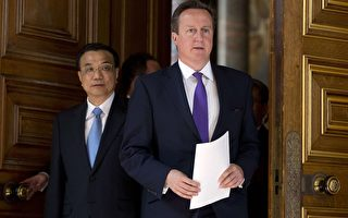 中共总理李克强(左)出席17日联合记者会时,遭英国记者问到大陆人权问题。(Neil Hall - WPA Pool/Getty Images)