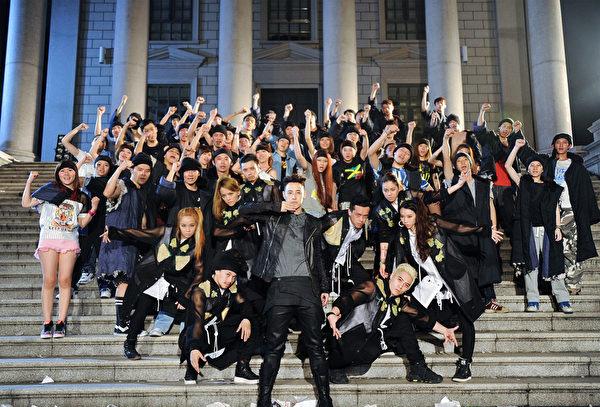 潘瑋柏拍攝《王者之聲》MV進校園。(環球音樂提供)