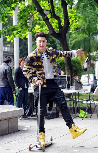 潘瑋柏重回大學校園拍攝MV。(環球音樂提供)