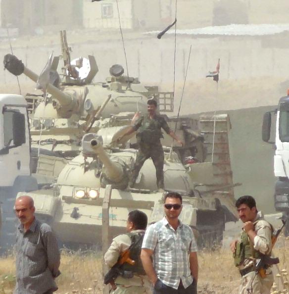 2014年6月12日,库尔德民兵将装甲车开到基尔库克郊区部署军队,距ISIL部队仅一公里。(MARWAN IBRAHIM/AFP/Getty Images)
