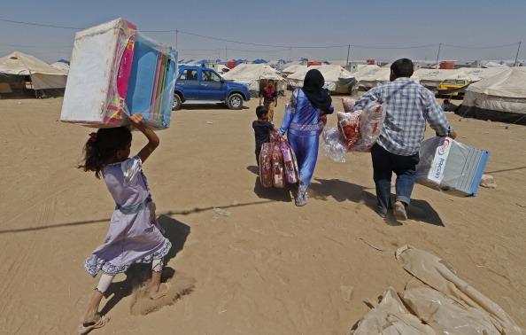 2014年6月18日,从摩苏尔仓皇出逃的难民,尤其是儿童大多连托鞋都没有,在44°C的高温下,行路艰难。此为阿基克拉克难民营。(Onur Coban/Anadolu Agency/Getty Images)