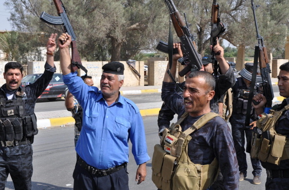 2014年6月18日,基尔库克为战略要地,人种多样性,各民族武装团体号召卫土。图为库尔曼人拿着武器守卫街道。(MARWAN IBRAHIM/AFP/Getty Images)