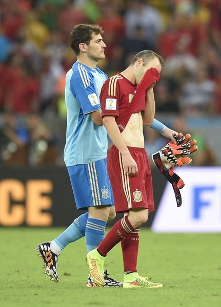 卫冕冠军西班牙在本届世界杯B组小组赛中,连续两场败北而提前出局。比赛后西班牙中场球员伊涅斯塔掩面退场。(LLUIS GENE/AFP)