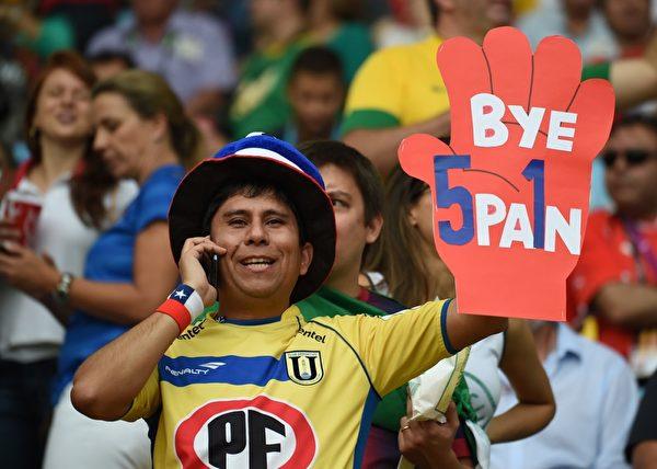 """现场智利球迷亮出了""""西班牙,再见""""的标牌。西班牙的英语拼写中,还被用5和1替换了原来的S和i,暗指上场比赛中西班牙1-5惨败给荷兰。(CHRISTOPHE SIMON/AFP)"""