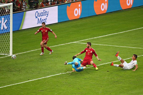 智利的巴尔加斯小禁区前停球闪过门将卡西利亚斯之后,又抢在后卫拉莫斯之前捅射空门入网,1:0。(Julian Finney/Getty Images)