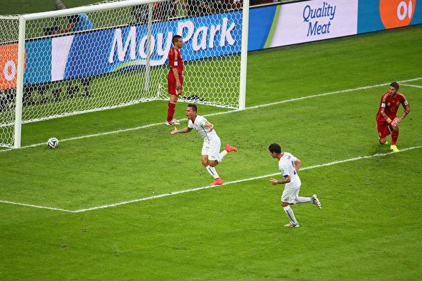 智利球员巴尔加斯率先进球,1-0领先卫冕冠军。(Julian Finney/Getty Images)