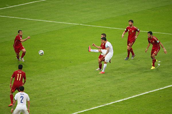 上半场第43分钟,智利的阿朗吉斯12码处补射。(Julian Finney/Getty Images)