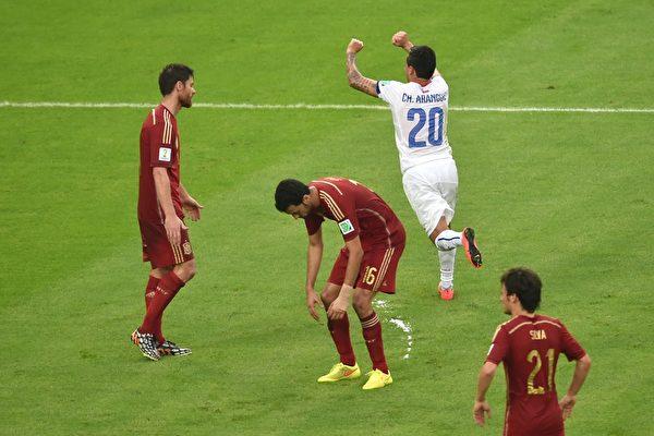 上半场临近尾声时刻攻入一球后,智利的阿朗吉斯兴奋的举臂狂奔。(YASUYOSHI CHIBA/AFP)