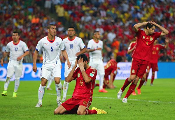 下半时,西班牙球员布斯克茨错失良机,掩面跪地。(Jamie Squire/Getty Images)