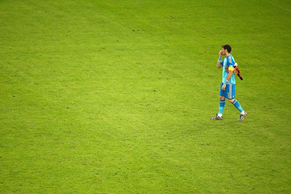 本场比赛中2度被对手攻破大门的西班牙门将卡西利亚斯,终场后黯然下场。(Julian Finney/Getty Images)