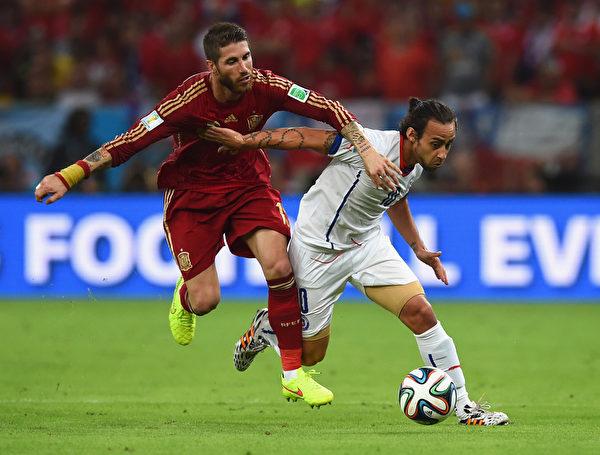 双方球员在中场拼抢。(Matthias Hangst/Getty Images)