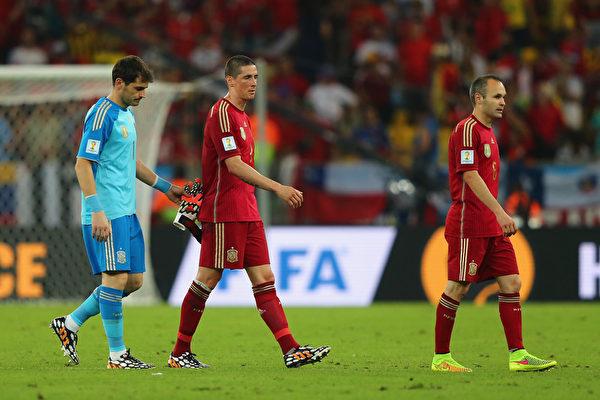 卫冕冠军西班牙在本届世界杯B组小组赛中,连续两场败北而提前出局。比赛后西班牙球员(左到右)卡西亚斯、托雷斯及伊涅斯塔黯然离场。(Jamie Squire/Getty Images)