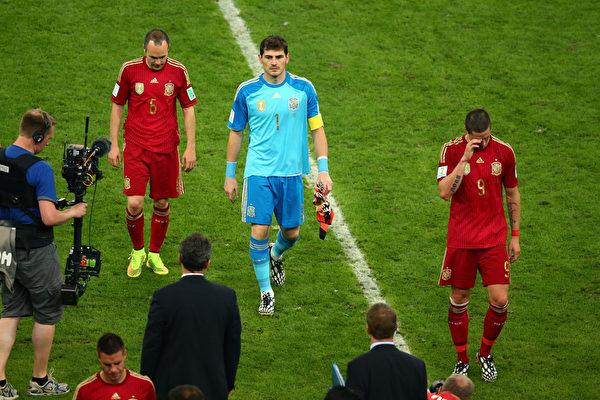卫冕冠军西班牙在本届世界杯B组小组赛中,连续两场败北而提前出局。比赛后西班牙球员(左到右)伊涅斯塔、卡西利亚斯和托雷斯黯然离场。(Julian Finney/Getty Images)