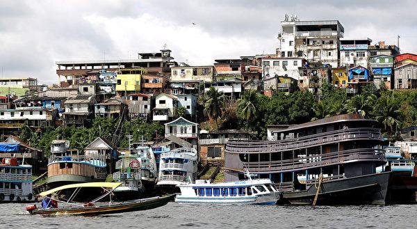 船沿着巴西马瑙斯的内格罗河运送人和物资。(Mario Tama/Getty Images)