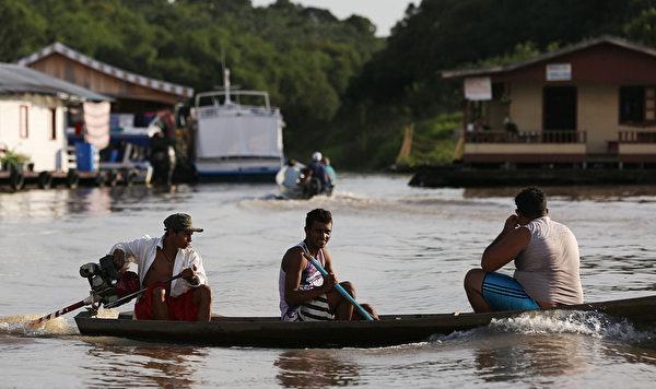 巴西马瑙斯的内格罗河沿河多水上聚落。(Mario Tama/Getty Images)