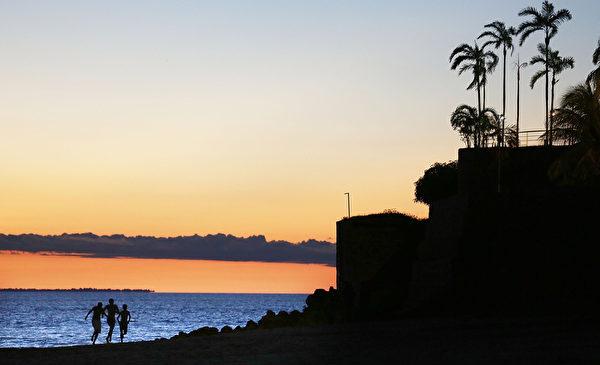 巴西马瑙斯的潘塔内格拉海滩夕阳美景。(Mario Tama/Getty Images)
