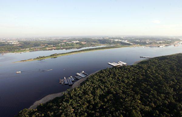 俯瞰巴西马瑙斯市旁边的亚马逊河(EVARISTO SA/AFP/Getty Images)