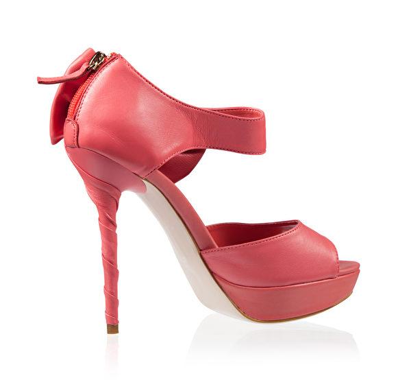 高跟鞋被定義為時髦的穿著,最好不要超過5釐米,鞋跟不宜太細,鞋頭不宜擠壓腳趾頭以免傷腳。(fotolia)