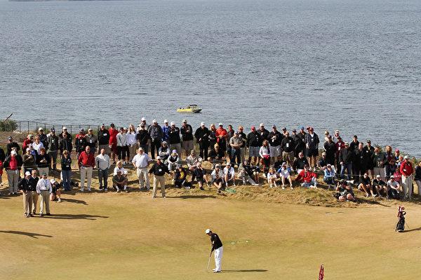 2015年美国高尔夫球公开赛将在华盛顿州位于University Place市的Chambers Bay高尔夫球场进行,预计将有24万人到场观看比赛。图为2010年在Chambers Bay举行的美国业余高尔夫锦标赛。(Otto Greule Jr/Getty Images)