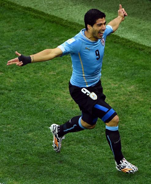 巴西時間6月19日烏拉圭對英格蘭的比賽中,蘇亞雷斯首開記錄後飛奔慶祝。(Matthias Hangst/Getty Images)