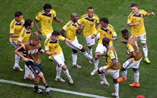 6月19日,哥倫比亞隊在同科特迪瓦的比賽中率先破門,隨後隊員們一起跳起秀其舞技來。(EVARISTO SA/AFP/Getty Images)