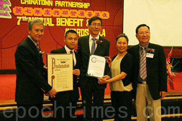 詹乐霞给华埠共同发展机构褒奖。(任倩雪/大纪元)