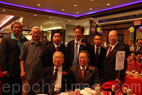 获奖人邓遐勋先生(后排中间)。(任倩雪/大纪元)