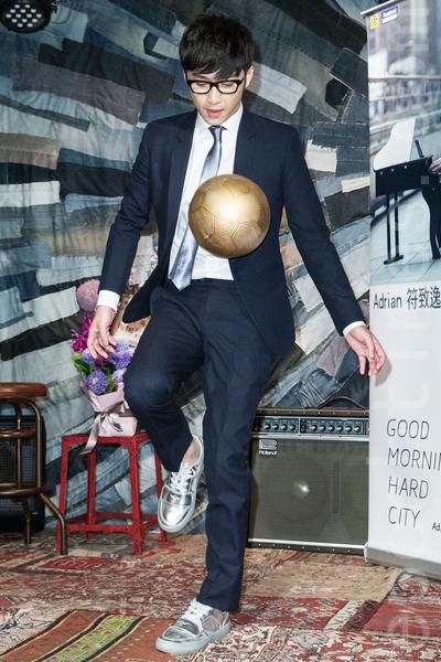 歌手符致逸6月20日举办发片满月记者会,喜欢看世足赛的他,现场踢起足球毫不逊色。(陈柏州/大纪元)