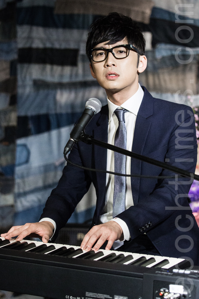 歌手符致逸6月20日举办发片满月记者会,并在现场自弹自唱主打歌。(陈柏州/大纪元)