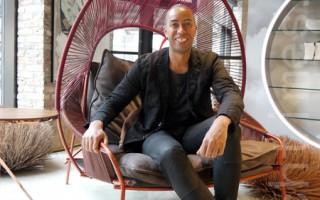 """伯克斯坐在""""旅行者""""系列的欧洲风格休闲椅上(温文清/大纪元)"""