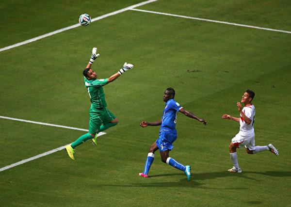 意大利前锋巴洛特利一脚垫射,皮球虽越过门将,但角度偏出门框。(Michael Steele/Getty Images)