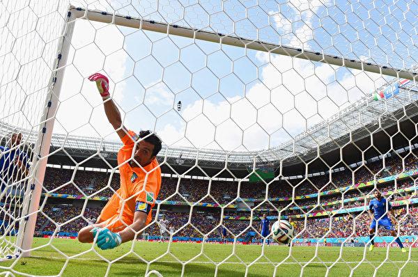 鲁伊斯的头球从右上角飞进球门。随后现场大屏幕上反复播放门线技术画面,显示进球有效。(Jamie McDonald/Getty Images)