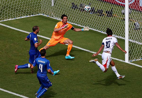 第44分钟,哥斯达黎加球员鲁伊斯接队友儒尼奥尔迪亚斯斜传,在小禁区右侧头球攻门。(Michael Steele/Getty Images)