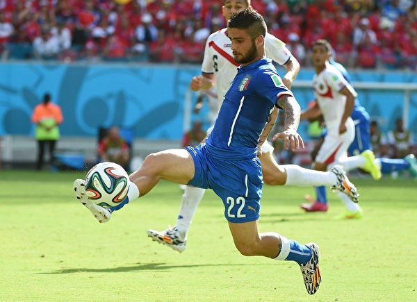 巴西世界盃D小組第2輪,意大利和哥斯達黎加的比賽,意大利球員因多次掉入越位陷阱中,未能施展傳球的機會。圖為義大利因西涅正在運球準備進攻。(EMMANUEL DUNAND/AFP/Getty Images)