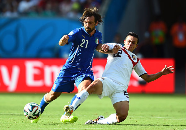 巴西世界盃D小組第2輪,義大利和哥斯達黎加的比賽,意大利球員因多次掉入越位陷阱中,未能施展傳球的機會。圖為義大利球員皮爾洛(Andrea Pirlo)與哥斯達黎加球員喬斯·庫貝羅(Jose Cubero)在比賽中。(Jamie McDonald/Getty Images)