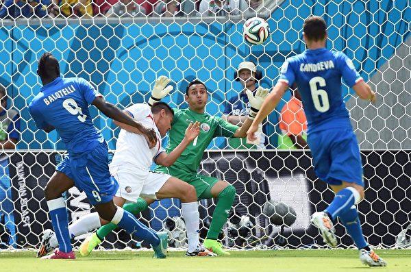 巴西時間6月20日下午1點,前世界冠軍意大利迎戰賽前無人看好的哥斯達黎加時,以0-1失利。圖為哥斯達黎加門將納瓦斯(Keylor Navas,中)守住對手來球。(EMMANUEL DUNAND/AFP/Getty Images)