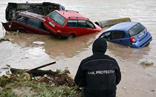 保加利亚当局20日表示,东部豪雨引发突如其来的洪灾,已造成至少14人死亡,包括2名儿童,还有多人失踪。 (土耳其吉汉新闻社提供)