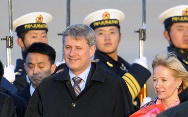 上任三年后,2009年第一次访问中国的加拿大总理哈珀,一路上无论在公开场合还是在私下,哈珀总理总是谴责中共迫害人权。(AFP)