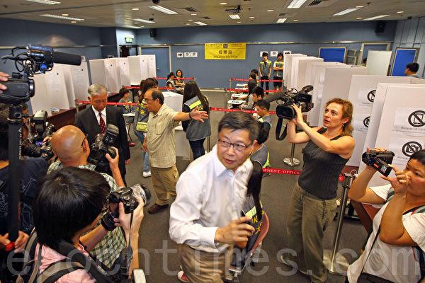 无惧中共和港府的打压,香港6.22全民公投在6月20日启动电子投票后,在6月22日正式进入实体投票阶段;截至下午5时,连同实体票站投票数字,已有逾64万7千人投票,民意空前踊跃。(潘在殊/大纪元)