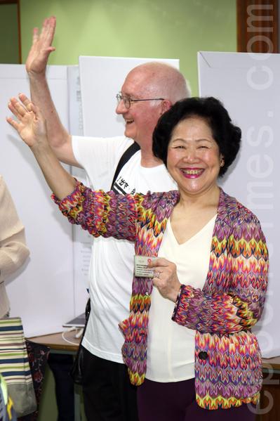 """无惧中共和港府的打压,香港6.22全民公投在6月20日启动电子投票后,在6月22日正式进入实体投票阶段;图为前政务司司长陈方安生到铜锣湾教协投票,她认为有超过60万港人投票,意义重大,又说:""""香港加油""""。(潘在殊/大纪元)"""
