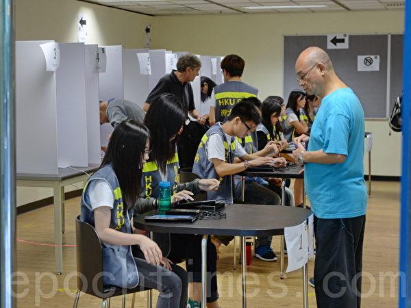 無懼中共打壓,香港6.22公投今日終於進入實體投票階段,市民除使用電子公投外,亦可到多個票站親身投票,截至晚上12時,連同實體票站投票數字,已有705,254投票。圖為城市大學投票站。(宋祥龍/大紀元)