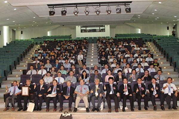 聯大舉辦國際研討會,與會嘉賓合影。(前排右6校長許銘熙) (聯大提供)