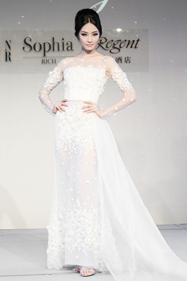台湾凯渥名模邱馨慧展演高雅白色法国顶级蕾丝透明镂空婚纱。(陈柏州/大纪元