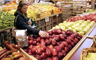 """食品标签上标示""""天然""""或""""纯天然""""就表示该食品不含人工成分、农药、抗生素或是来自转基因食物吗?这个容易误导消费者的作法至今仍然存在很大的争议。 (Justin Sullivan/Getty Images)"""