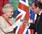 法国纪念诺曼底登陆70周年活动期间,英国女王伊丽莎白二世在爱丽舍宫的晚宴上与法国总统奥朗德互相祝酒。(AFP)